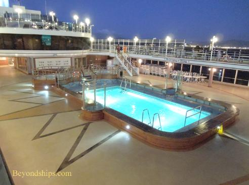Cruise ship photo - Cunard cruise liner Queen Victoria - pool