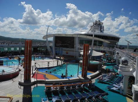 Pool deck cruise ship Independence of the Seas